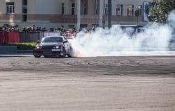 αυτοκίνητο που παρασύρει στη διαδρομή ταχύτητας Στοκ Εικόνες