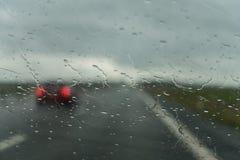 Αυτοκίνητο που περνά από στη βροχή Στοκ εικόνα με δικαίωμα ελεύθερης χρήσης