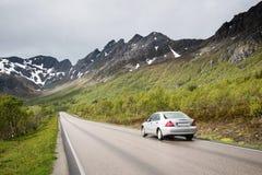 Αυτοκίνητο που πηγαίνει στα βουνά, νησιά Lofoten Στοκ φωτογραφία με δικαίωμα ελεύθερης χρήσης