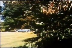 Αυτοκίνητο που σηκώνει μπροστά από το μέγαρο απόθεμα βίντεο
