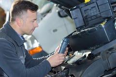 Αυτοκίνητο που συντηρεί το φίλτρο αέρα που αντικαθιστά maintenace στοκ φωτογραφία με δικαίωμα ελεύθερης χρήσης