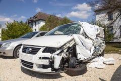 Αυτοκίνητο που συντρίβεται σε ένα ατύχημα Στοκ Φωτογραφία