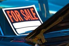 Αυτοκίνητο που τοποθετείται για το σημάδι πώλησης στοκ φωτογραφία