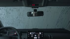 Αυτοκίνητο που τρέχει μέσω του αυτόματου πλυσίματος αυτοκινήτων φιλμ μικρού μήκους
