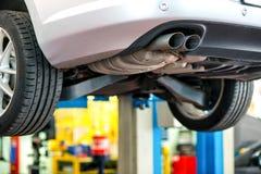 Αυτοκίνητο που υποβάλλεται στην επισκευή σε ένα εργαστήριο Στοκ εικόνα με δικαίωμα ελεύθερης χρήσης