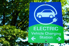 αυτοκίνητο που χρεώνει τον ηλεκτρικό εμφανίζοντας σταθμό σημαδιών Στοκ εικόνες με δικαίωμα ελεύθερης χρήσης