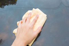 Αυτοκίνητο πλύσης χεριών με την κίτρινη πετσέτα αιγάγρων microfiber Στοκ Φωτογραφίες