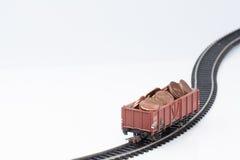 Αυτοκίνητο ραγών παιχνιδιών με τα νομίσματα στοκ φωτογραφία