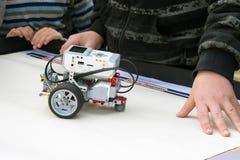 Αυτοκίνητο ρομπότ, ρομποτική με τον τηλεχειρισμό Ρομπότ ανεμιστήρων με το childre στοκ εικόνα με δικαίωμα ελεύθερης χρήσης