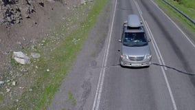 Αυτοκίνητο σε έναν δρόμο με πολλ'ες στροφές στα βουνά αλσατικό Αυτοκίνητο σε έναν δρόμο στα βουνά Το Mashina πηγαίνει στον τρόπο  φιλμ μικρού μήκους