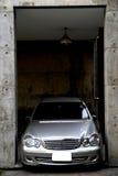 Αυτοκίνητο σε ένα γκαράζ Στοκ φωτογραφία με δικαίωμα ελεύθερης χρήσης