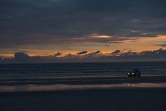 Αυτοκίνητο σε μια παραλία τη νύχτα Στοκ φωτογραφίες με δικαίωμα ελεύθερης χρήσης