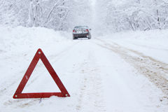 Αυτοκίνητο στάσεων έκτακτης ανάγκης στο χειμερινό δρόμο στην επαρχία Στοκ Εικόνες
