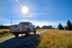 Αυτοκίνητο στα βουνά Στοκ εικόνα με δικαίωμα ελεύθερης χρήσης