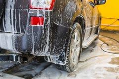 αυτοκίνητο στην αμοιβή ποινικής ρήτρας στο πλύσιμο αυτοκινήτων στοκ φωτογραφίες