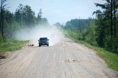 Αυτοκίνητο στην εθνική οδό οδικού Kolyma αμμοχάλικου στη Ρωσία Στοκ Φωτογραφίες