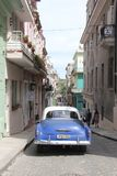 Αυτοκίνητο στην οδό της παλαιάς οδού της Αβάνας στην Κούβα Στοκ Φωτογραφίες