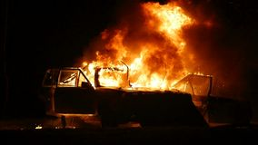 Αυτοκίνητο στην πυρκαγιά, μπροστινή άποψη αυτοκινήτων καψίματος, έκρηξη αυτοκινήτων απόθεμα βίντεο