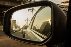 Αυτοκίνητο στον οπισθοσκόπο καθρέφτη στοκ φωτογραφία με δικαίωμα ελεύθερης χρήσης