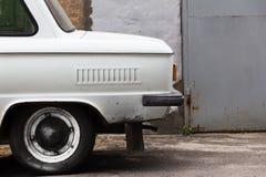 Αυτοκίνητο στον τοίχο υποβάθρου ενός κτηρίου Στοκ εικόνα με δικαίωμα ελεύθερης χρήσης