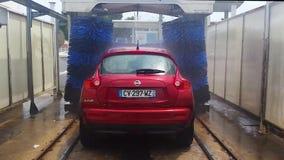 Αυτοκίνητο στο αυτόματο πλύσιμο αυτοκινήτων - οπισθοσκόπο απόθεμα βίντεο