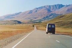 Αυτοκίνητο στο δρόμο στα βουνά Altai κοντά στα σύνορα της Ρωσίας και της Μογγολίας στοκ εικόνες