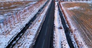 Αυτοκίνητο στο δρόμο το χειμώνα απόθεμα βίντεο