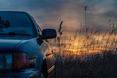 Αυτοκίνητο στο ηλιοβασίλεμα Στοκ εικόνες με δικαίωμα ελεύθερης χρήσης