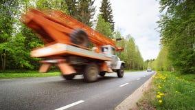 Αυτοκίνητο στο δρόμο ασφάλτου στην όμορφη ημέρα άνοιξη Στοκ Φωτογραφίες
