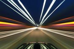 Αυτοκίνητο στο δρόμο με το υπόβαθρο θαμπάδων κινήσεων Στοκ Εικόνες