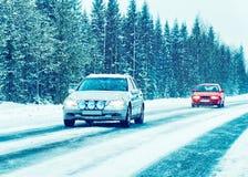 Αυτοκίνητο στο χειμερινό δρόμο στο Ροβανιέμι Lapland, Φινλανδία στοκ φωτογραφίες