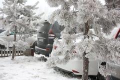 Αυτοκίνητο στο χιόνι Χιονώδης χειμώνας Στοκ Φωτογραφία