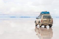 Αυτοκίνητο στο Uyuni Salar στη Βολιβία Στοκ Εικόνες