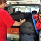 Αυτοκίνητο συσκευασίας νεαρών άνδρων για τις διακοπές Στοκ εικόνες με δικαίωμα ελεύθερης χρήσης