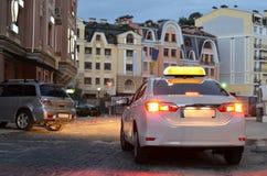 Αυτοκίνητο ταξί που σταθμεύουν στη νύχτα Στοκ εικόνες με δικαίωμα ελεύθερης χρήσης