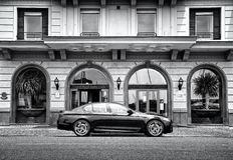 Αυτοκίνητο της BMW πολυτέλειας μπροστά από το ξενοδοχείο Στοκ Εικόνες