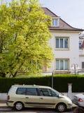 Αυτοκίνητο της Renault Espace στη Γαλλία με το σπίτι πίσω Στοκ φωτογραφία με δικαίωμα ελεύθερης χρήσης