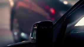 Αυτοκίνητο τη νύχτα με τη διάβαση της κυκλοφορίας και των ανθρώπων φιλμ μικρού μήκους
