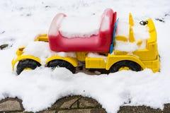 Αυτοκίνητο του Bobby που καλύπτεται στο χιόνι στοκ εικόνα