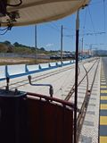 Αυτοκίνητο τροχιοδρομικών γραμμών σε Praia DAS Macas, Sintra, Πορτογαλία Στοκ φωτογραφίες με δικαίωμα ελεύθερης χρήσης