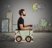 Αυτοκίνητο χαρτονιού στην πόλη σχεδίων Στοκ Φωτογραφίες