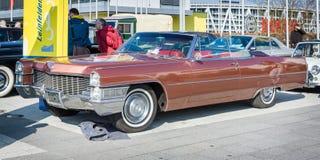 Αυτοκίνητο Cadillac DeVille πολυτέλειας φυσικού μεγέθους μετατρέψιμο, 1965 Στοκ Εικόνα