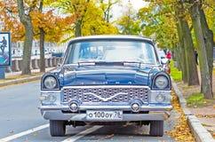 Αυτοκίνητο Chaika, Άγιος Πετρούπολη στις όχθεις του ποταμού Fontanka Στοκ Φωτογραφία