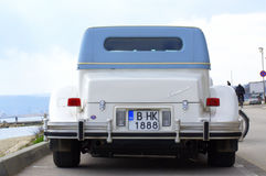 Αυτοκίνητο Excalibur στην παράκτια οδό Στοκ φωτογραφίες με δικαίωμα ελεύθερης χρήσης