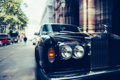 Αυτοκίνητο Rolls-$l*royce πολυτέλειας στην οδό του Παρισιού Στοκ Εικόνες