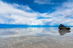 Αυτοκίνητο Salar de Uyuni στοκ εικόνες