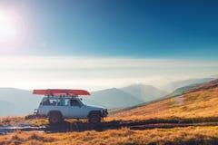 Αυτοκίνητο SUV σε ένα ίχνος βουνών Στοκ Φωτογραφίες