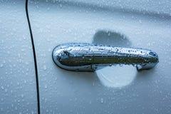 Αυτοκινήτων λαβών υγρό σταγονίδιων κλειστό πόρτα εξόγκωμα LE πλυσίματος νερού μπλε κρύο Στοκ φωτογραφία με δικαίωμα ελεύθερης χρήσης