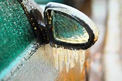 Αυτοκινήτων καθρέφτης που καλύπτεται δευτερεύων με τον πάγο Στοκ εικόνες με δικαίωμα ελεύθερης χρήσης