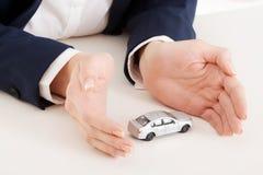 αυτοκινήτων κόκκινο παιχνίδι προστασίας μονοπατιών ψαλιδίσματος συμπεριλαμβανόμενο χέρια Στοκ φωτογραφίες με δικαίωμα ελεύθερης χρήσης